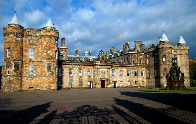 Location di The Crown: Holyrood Palace